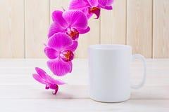 Biały kawowego kubka mockup z purpurową orchideą Obraz Royalty Free