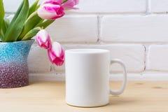 Biały kawowego kubka mockup z różowym tulipanem w purpurowej błękitnej wazie Obraz Royalty Free