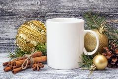 Biały kawowy kubek z Bożenarodzeniowymi dekoracjami i cynamonowymi kijami Obraz Royalty Free