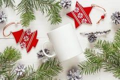 Biały kawowy kubek z Bożenarodzeniowymi dekoracjami i jodłą rozgałęzia się Sp Obraz Royalty Free