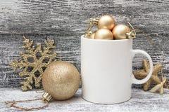 Biały kawowy kubek z złocistymi błyszczącymi Bożenarodzeniowymi dekoracjami Astronautyczny fo Zdjęcie Stock