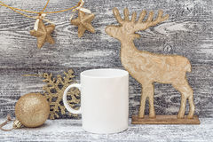 Biały kawowy kubek z złocistymi błyszczącymi Bożenarodzeniowymi dekoracjami Astronautyczny fo Zdjęcie Royalty Free