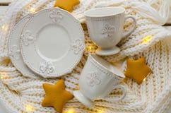 Biały kawowy ustawiający z królewską lelują Obraz Royalty Free