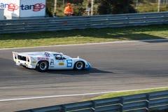 Biały klasyczny samochód wyścigowy liczba 6 Obrazy Stock