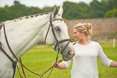 Biały koń przy Burgie 2014 Obrazy Stock