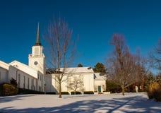 Biały kościół z steeple w śniegu z głębokim niebieskim niebem obrazy royalty free