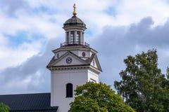 Biały kościelny wierza z bujny zieleni drzewami zdjęcie royalty free