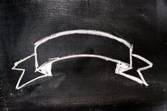 Biały kolor kredy ręki rysunek w tasiemkowym sztandarze na blackboard royalty ilustracja