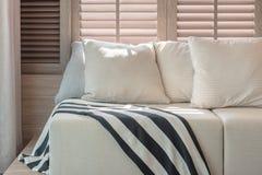 Biały koloru set poduszki i kanapa w nowożytnym żywym izbowym interi Fotografia Royalty Free