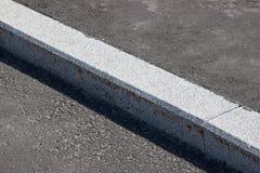 Biały krawężnik i asfaltowa droga Obrazy Stock