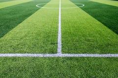 Biały Kreskowy ocechowanie na sztucznym zielonej trawy boisko do piłki nożnej Obrazy Stock