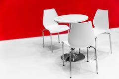 Biały krzesło stołu set na białym podłogowym czerwieni ściany spotkaniu fotografia stock