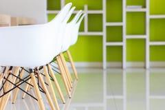 Biały krzesło w nowożytnym projekcie Obraz Royalty Free