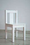 Biały krzesło w pustym pokoju Obrazy Stock