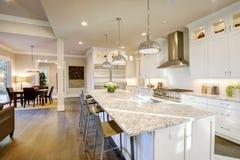Biały kuchenny projekt w nowym luksusowym domu obraz royalty free