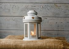 Biały lampion z zaświecającą świeczką obok prezenta pudełka Zdjęcia Royalty Free