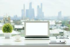 Biały laptop na windowsill obrazy royalty free