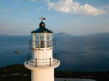 Biały latarnia morska wierzchołek, powietrzny obrazek, wysokość nad poziom morza, Lefkada Grecja obrazy royalty free