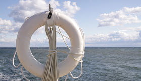biały lifebuoy skały Zdjęcie Royalty Free