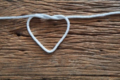 Biały linowy kierowy kształt na drewnianej teksturze z kopii przestrzeni use dla a Fotografia Stock