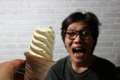 Biały lody spirali kształt na miarce w ręce i out skupia się mężczyzna excited, chce jeść obrazy royalty free