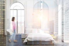Biały luksusowy sypialni wnętrze, szara podłoga, dziewczyna Obrazy Stock