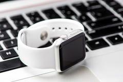 Biały mądrze zegarek Zdjęcia Royalty Free