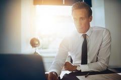 Biały męski wykonawczy biznesowy mężczyzna pracuje przy jego laptopem Obrazy Stock