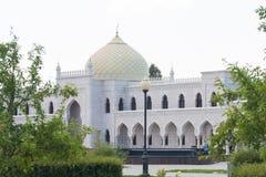 Biały meczetowy budynek z żółtą kopułą i pięknymi łukami zdjęcia stock