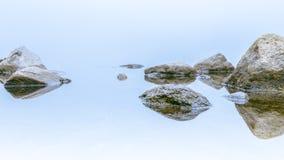 Biały mglisty dzień kołysa odbicie zdjęcie stock
