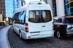 Biały mini autobus rusza się puszek ulica Zdjęcie Royalty Free