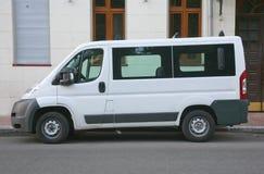 Biały minibus zdjęcia stock