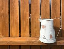 Biały miotacz na drewnianym ogrodzeniu obraz stock