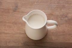 Biały miotacz z mlekiem obrazy royalty free