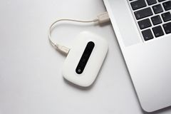 Biały mobilny WiFi łączący laptop zdjęcie stock