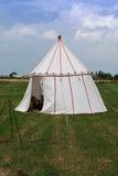 Biały namiot i Drewniany Tripod dla ogniska na łące Zdjęcie Royalty Free