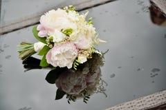 Biały naturalny ślubny bukiet peoni szkła stół z odbiciem i raindrops Zdjęcia Royalty Free