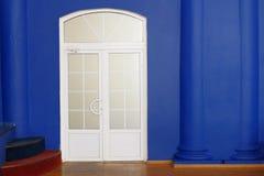 Biały nowożytny drzwi indoors, mnóstwo copyspace i Fotografia Stock