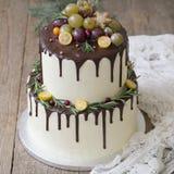 Biały nowy rok lub Bożenarodzeniowy wielopoziomowy tort z kumquat, sprigs rozmaryny i cranberries na drewnianym dekorujący, fotografia stock