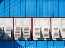 Biały okno na błękitnej drewno ścianie Obrazy Royalty Free