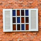 Biały okno na czerwonym ściana z cegieł zdjęcie royalty free