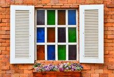 Biały okno na czerwonym ściana z cegieł zdjęcia royalty free