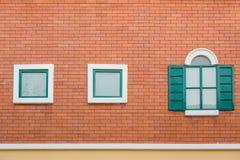 Biały okno na pomarańczowym ściana z cegieł Obraz Stock