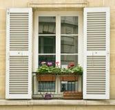 Biały okno z żaluzjami starzy budynki na Montmartre, Paryż Zdjęcia Royalty Free