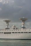 Biały okręt wojenny z radarami Zdjęcie Royalty Free