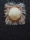 Biały organicznie sezamowy ziarno w pucharze zdjęcie stock