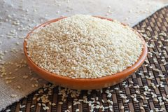 Biały organicznie sezamowy ziarno w pucharze obraz stock