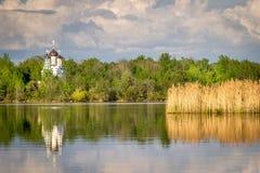 Biały ortodoksyjny kościół odbija w wodzie zdjęcie stock