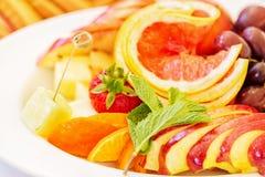 Biały owoc talerz z truskawką, grape-fruitem, winogronami, pomarańcze, ziele i serem, Zamyka w górę wizerunku z selekcyjną ostroś Obrazy Stock