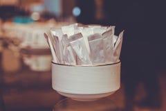 Biały pakunek dla cukrowej ścinek ścieżki w pucharze obrazy stock